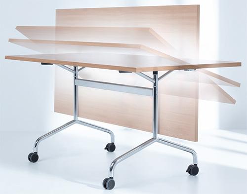 Klappbare rollbare Konferenztisch-Systemm in Bewegung